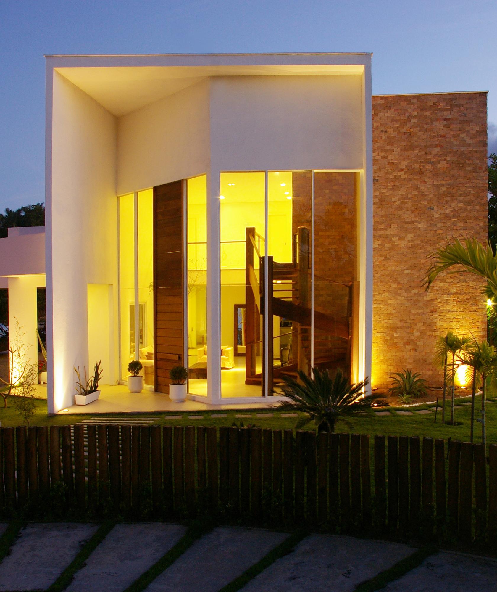 Casa com fachada de vidro protegida contra o sol