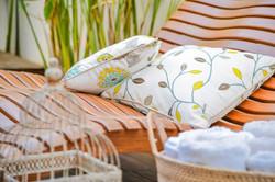 Espreguiçadeira de casal em madeira com almofadas florais