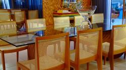 Floreira de vidro incolor sobre a mesa de jantar