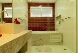 Banheiro Máster vermelho e branco