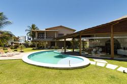 Piscina em formato de feijão em casa de praia