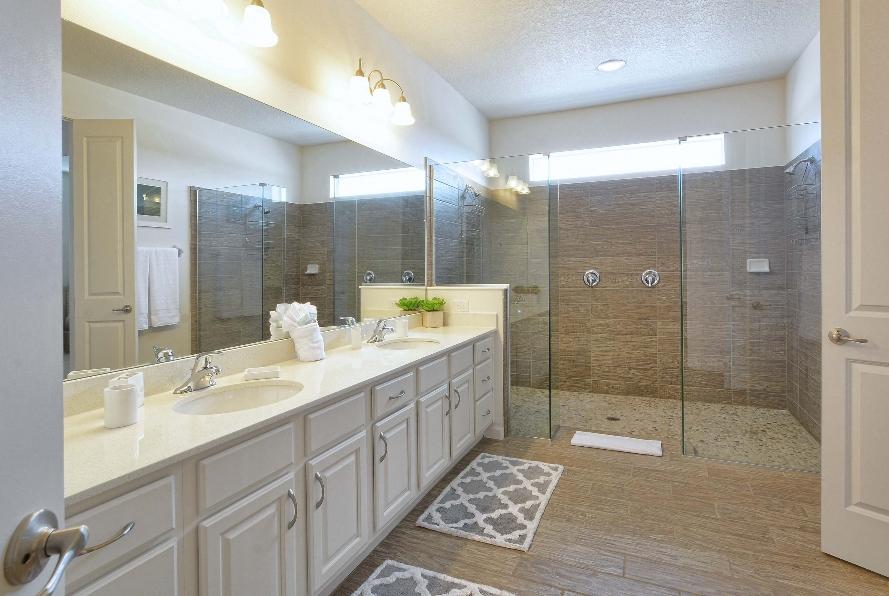 Banheiro Máster com bancada de casal e chuveiro duplo