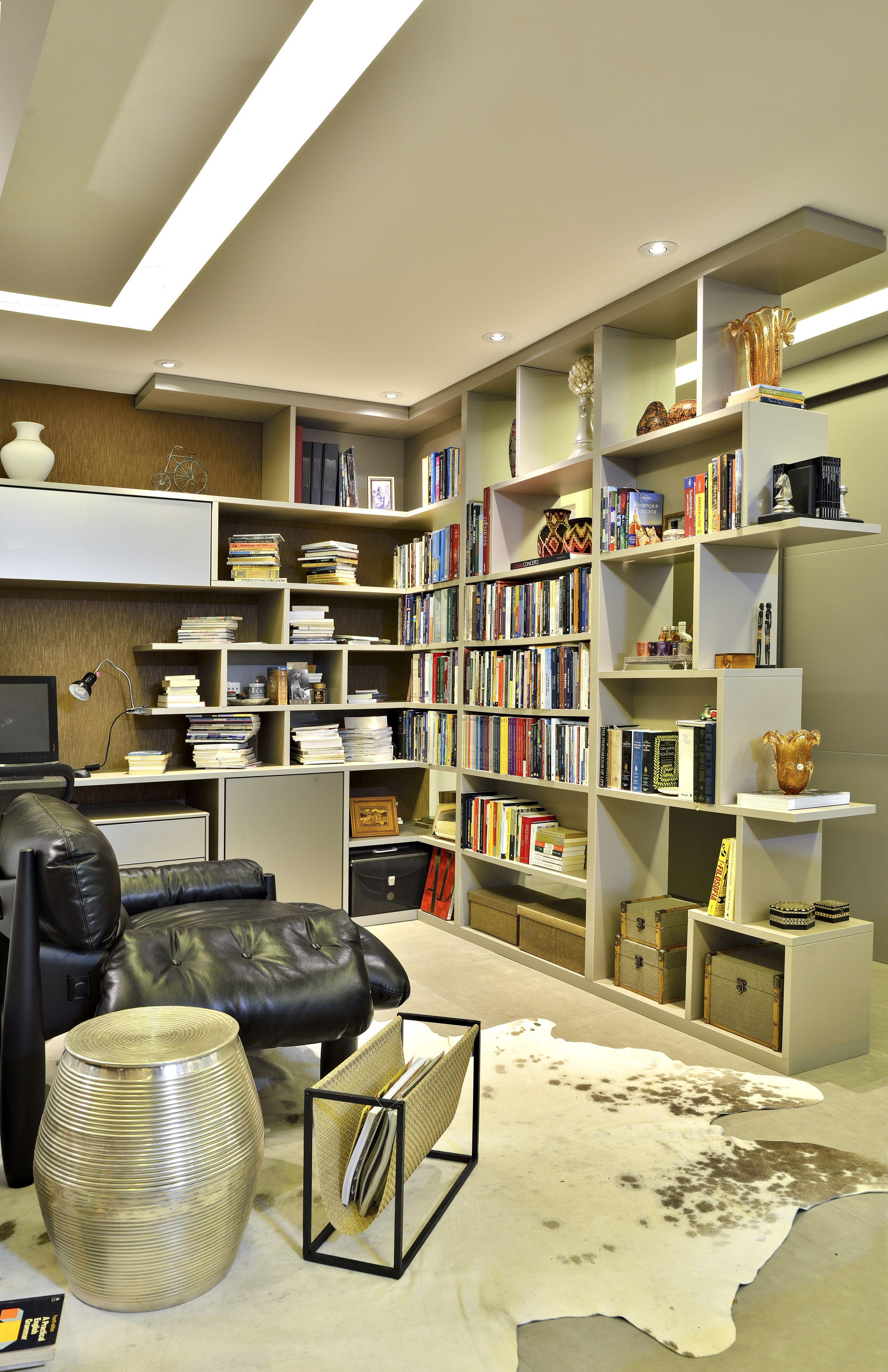 Estante de livros vazada na sala integrada