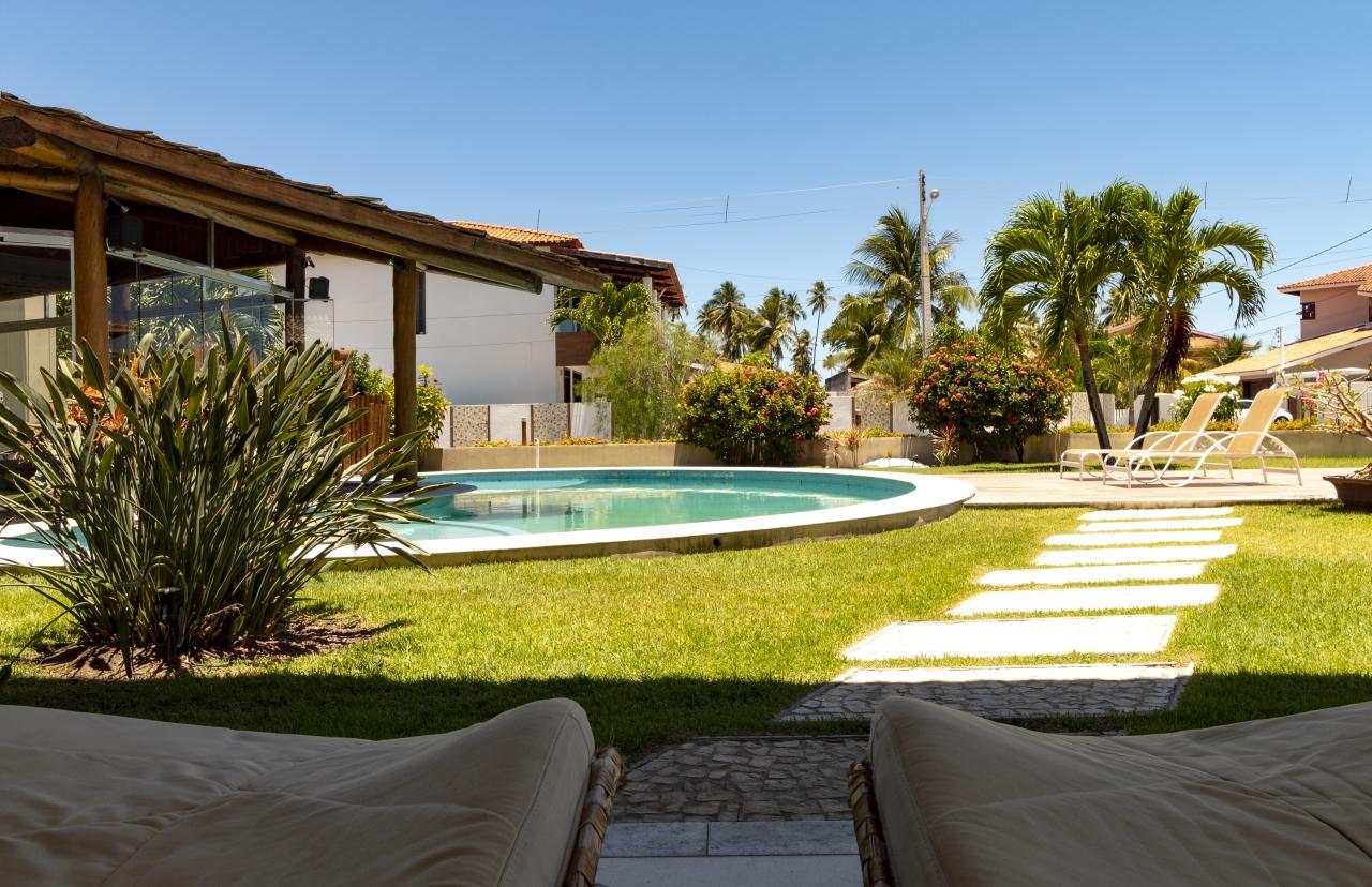 """Varanda em """"L"""" com vista para a piscina e espaço gourmet"""