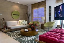 Sala integrada com tapete tropical