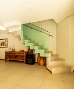 Escada dentada com corrimão de vidro