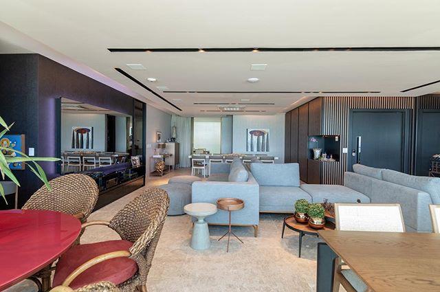 Sala integrada com sofá-ilha