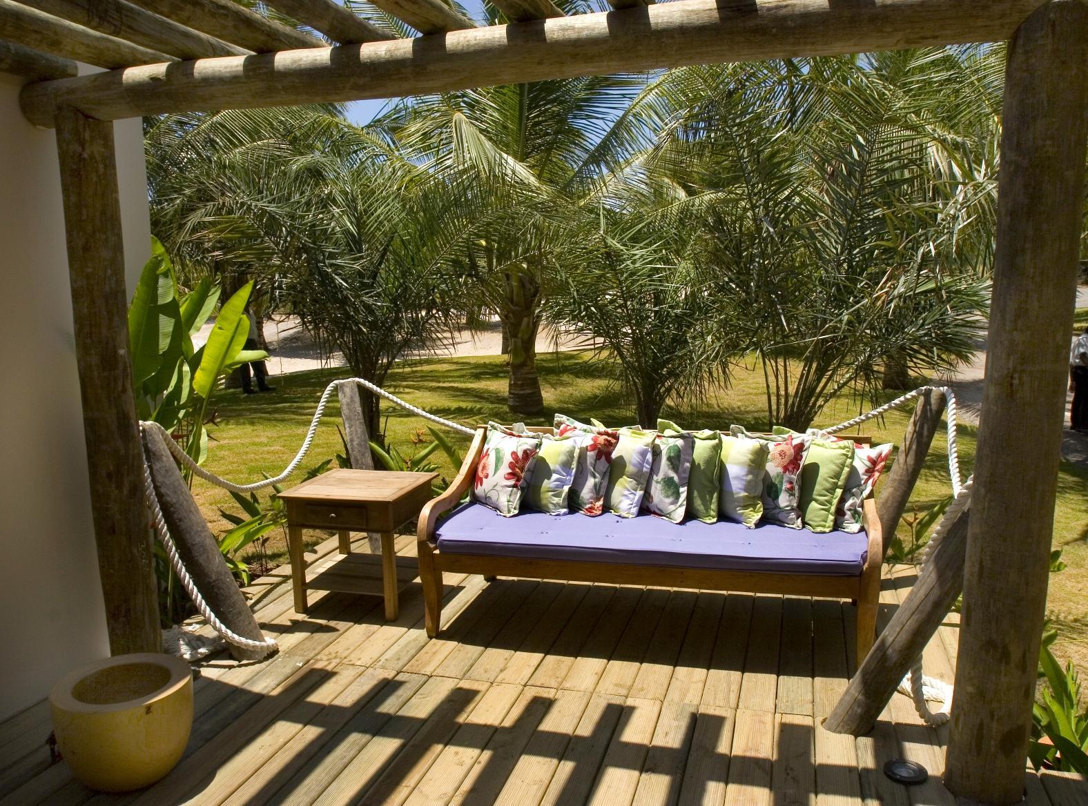Sofá Mineiro com almofadas florais