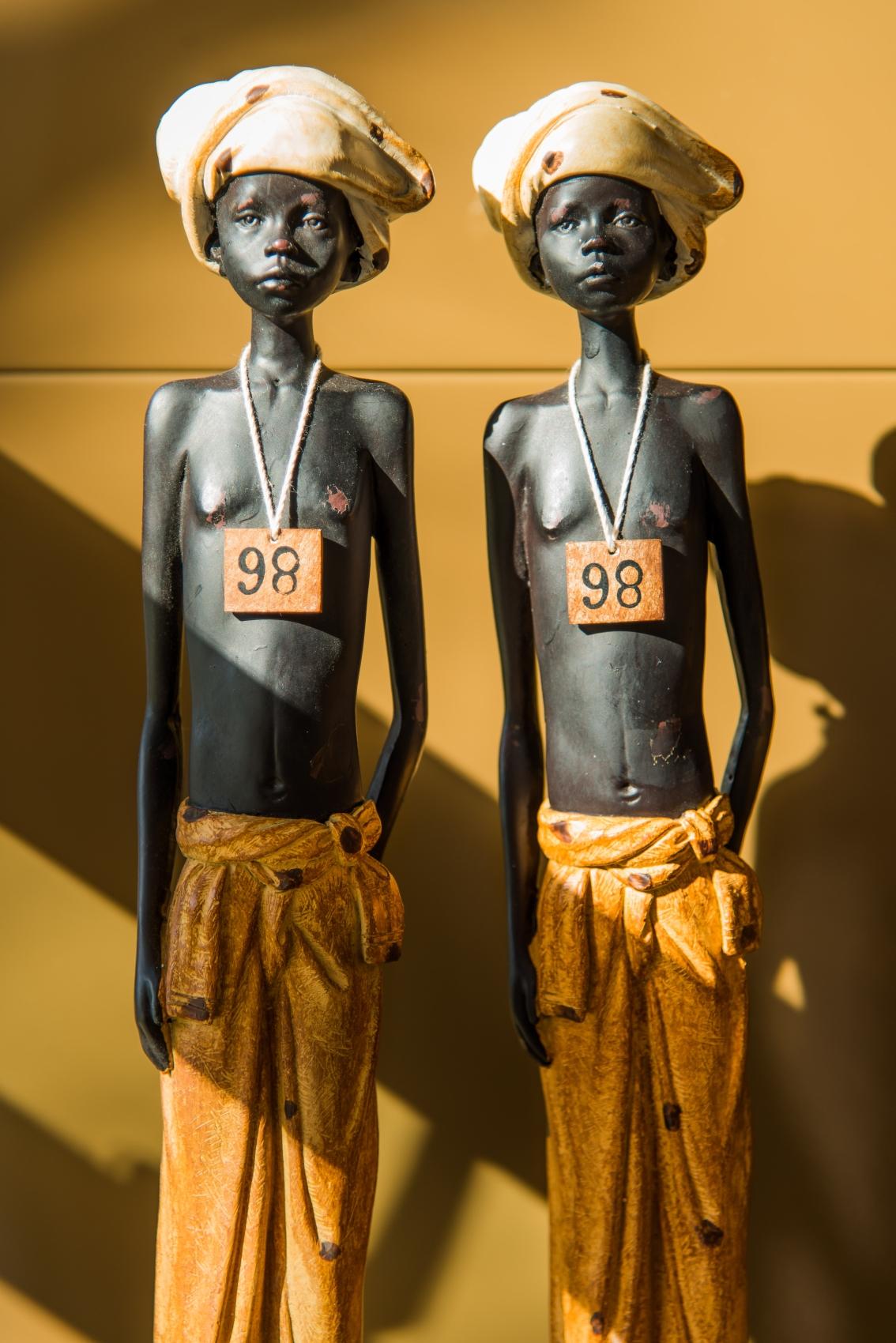 Produção decorativa com estátuas africanas