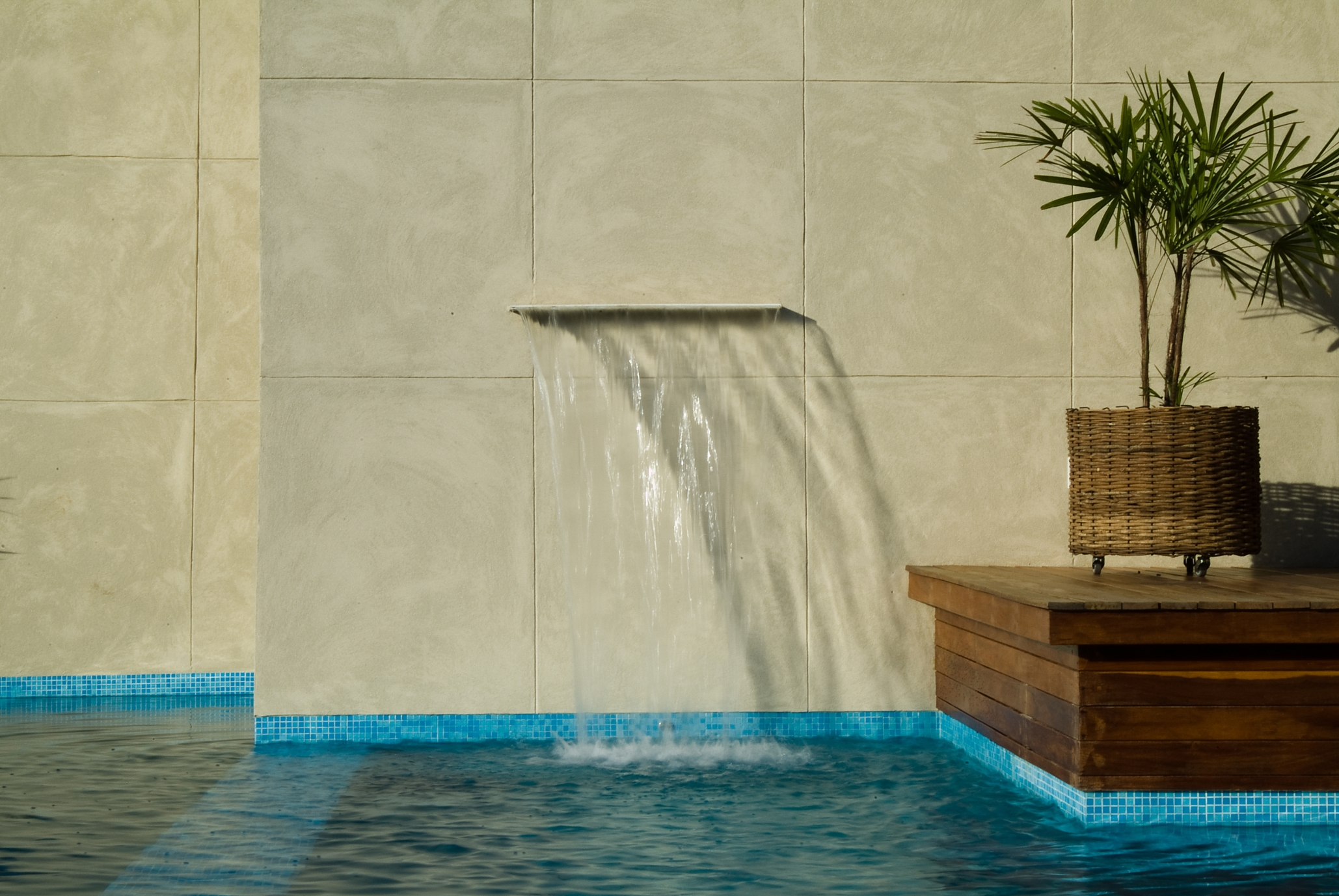 Cascata para piscina embutida na parede