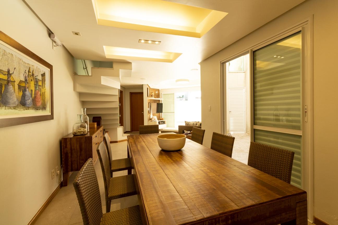Sala de jantar integrada com mesa de madeira