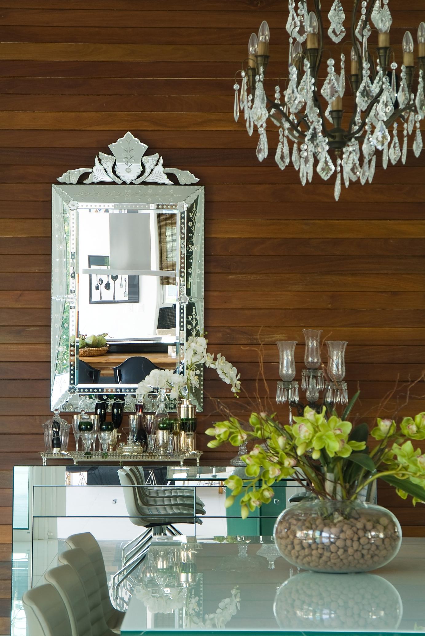 Espelho Veneziano sobre móvel-bar espelhado