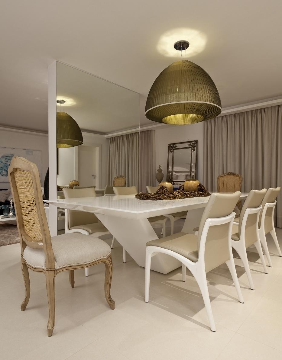 Mesa de jantar em laca branca e base vazada
