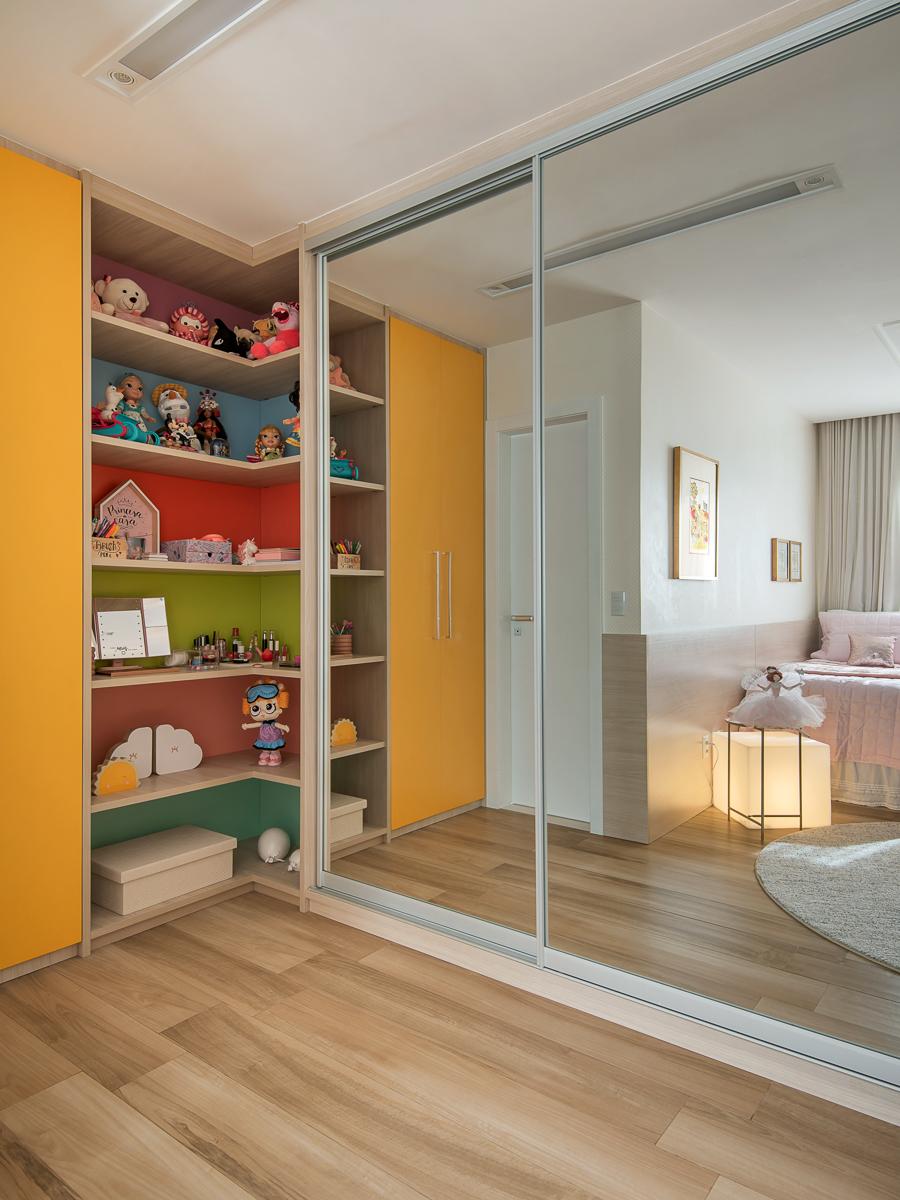 Armário com nichos coloridos
