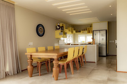 Sala e cozinha integradas com mesa de fazenda