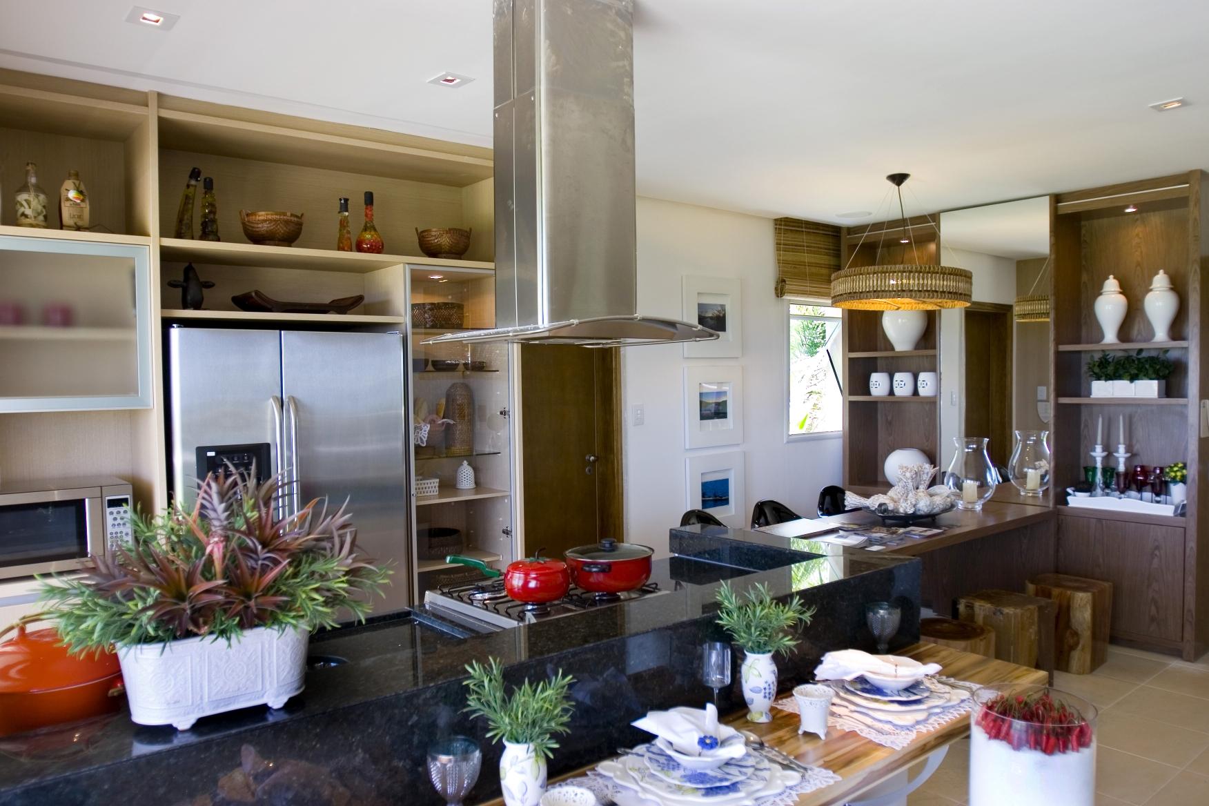 Cozinha integrada com balcão e coifa-ilha