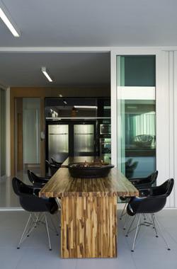 Espaço Gourmet com mesas compartilhadas