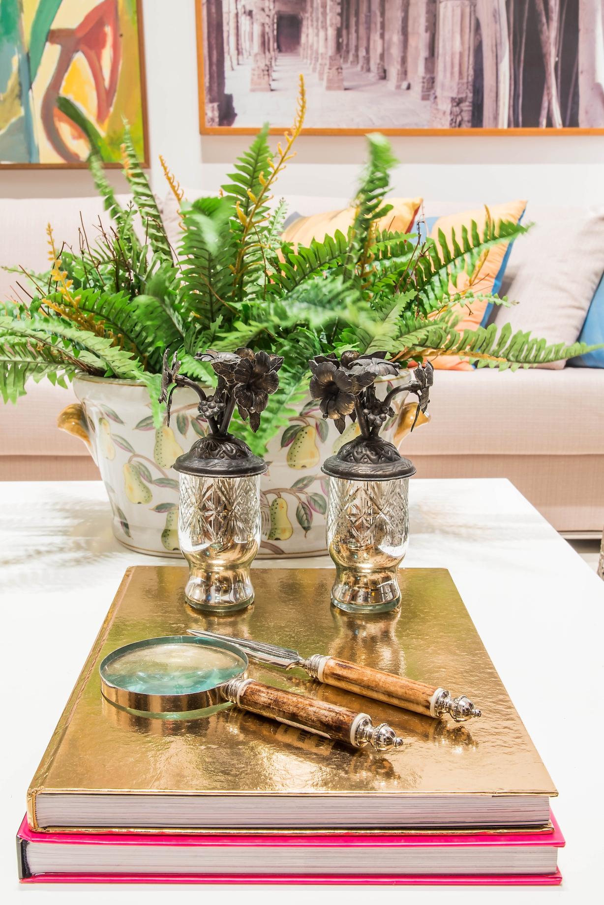 Mesa de Centro branca com decoração tropical