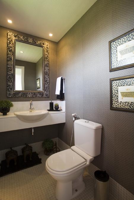 Lavabo com espelho de madeira entalhada