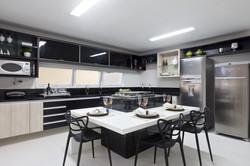 Cozinha com ilha em tons preto e branco