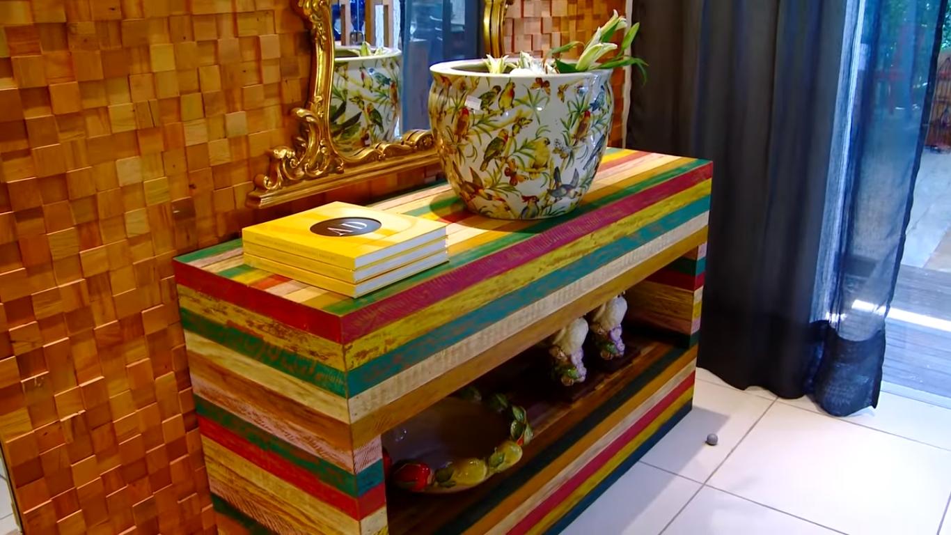 Aparador de madeira de demolição colorida