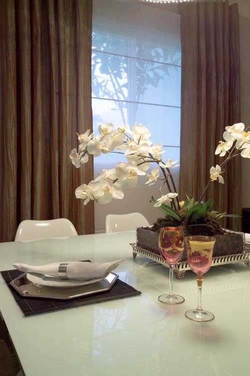 Mesa de Jantar em vidro branco e arranjo floral