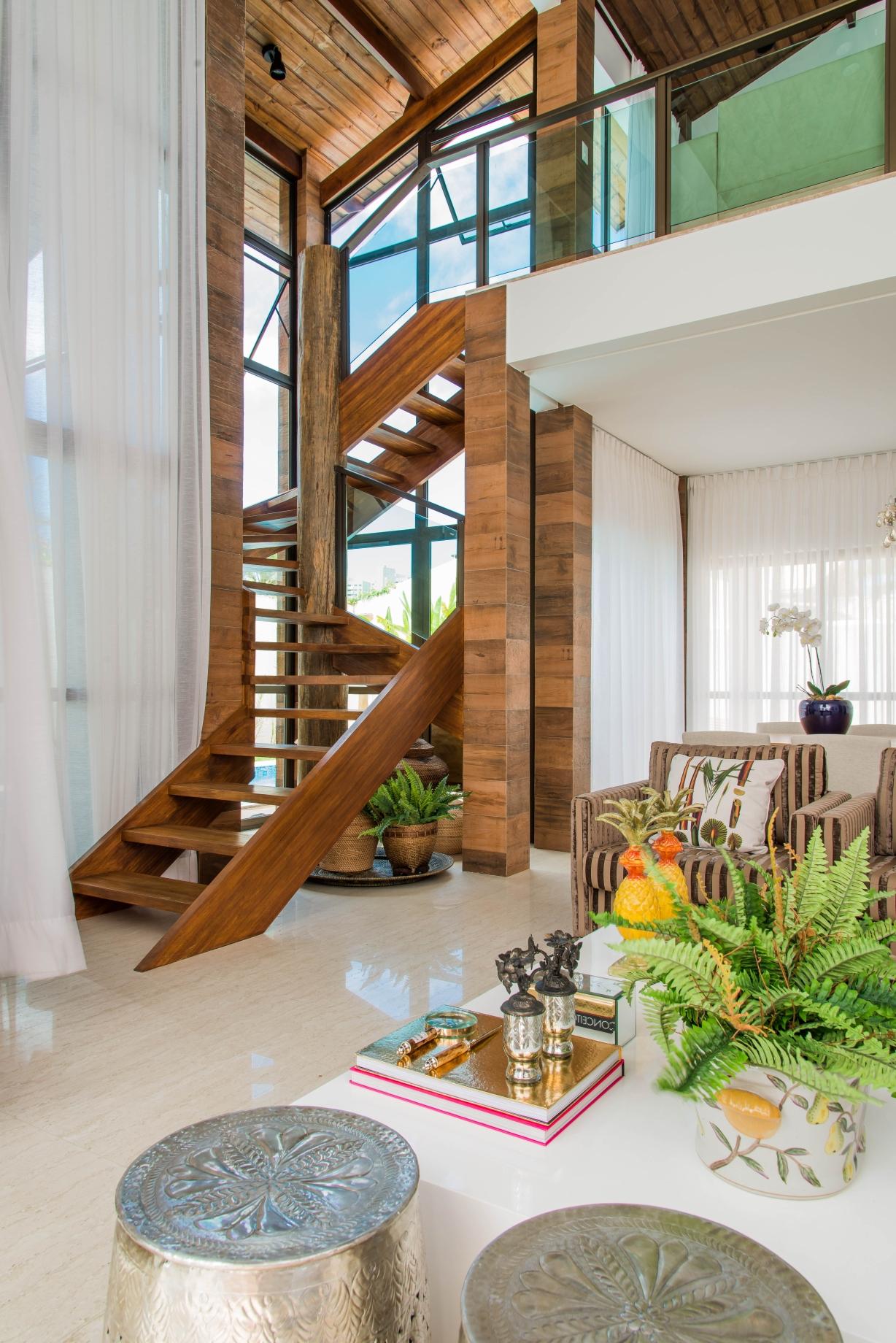 Escada de madeira com coluna central
