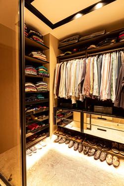 Gavetas espelhadas em closet masculino
