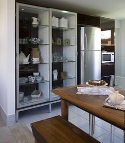 Armário despenseiro com portas de vidro