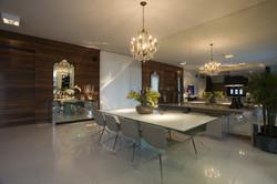 Sala de Jantar com lustre de cristal