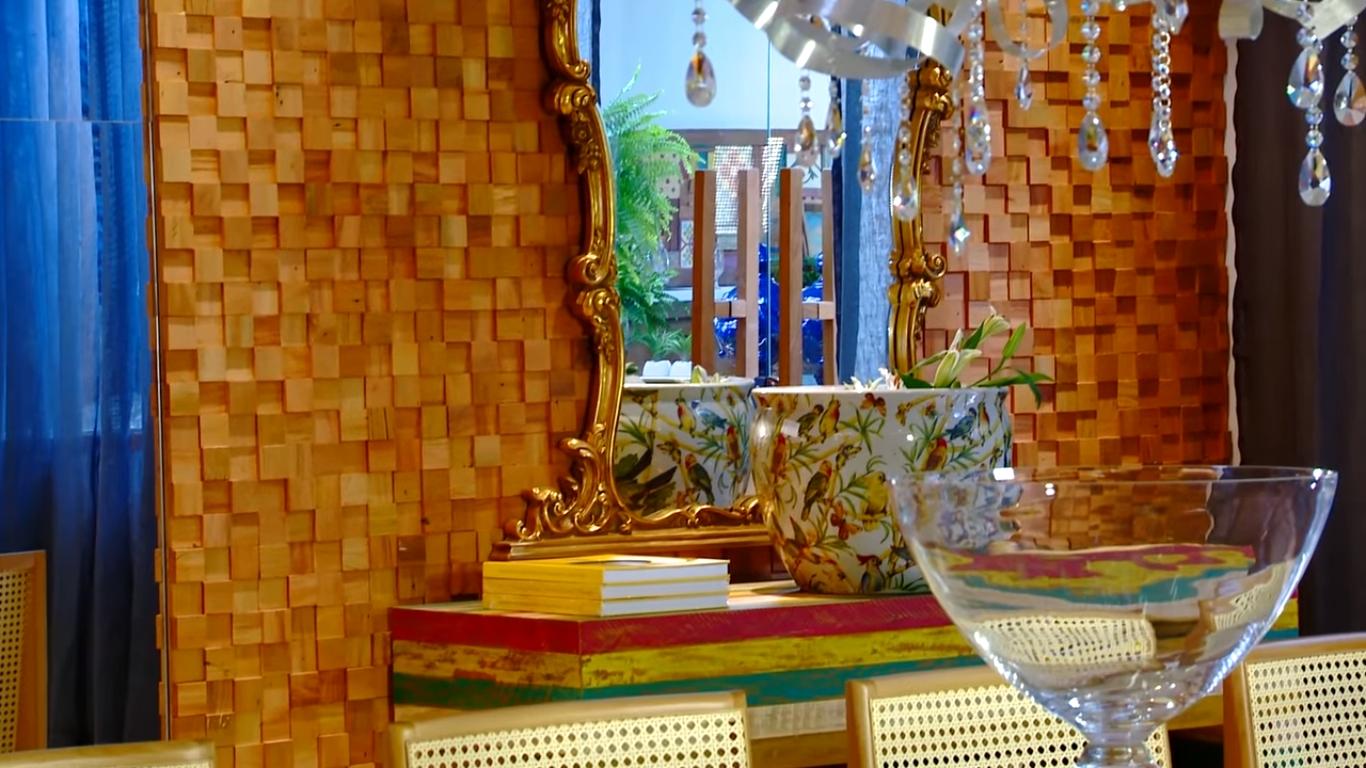 Espelho Luis XV com moldura entalhada dourada