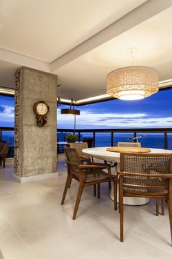 Sala de Jantar com lustre de renda sintética