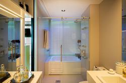 Banheiro Máster com banheira e vista para o mar