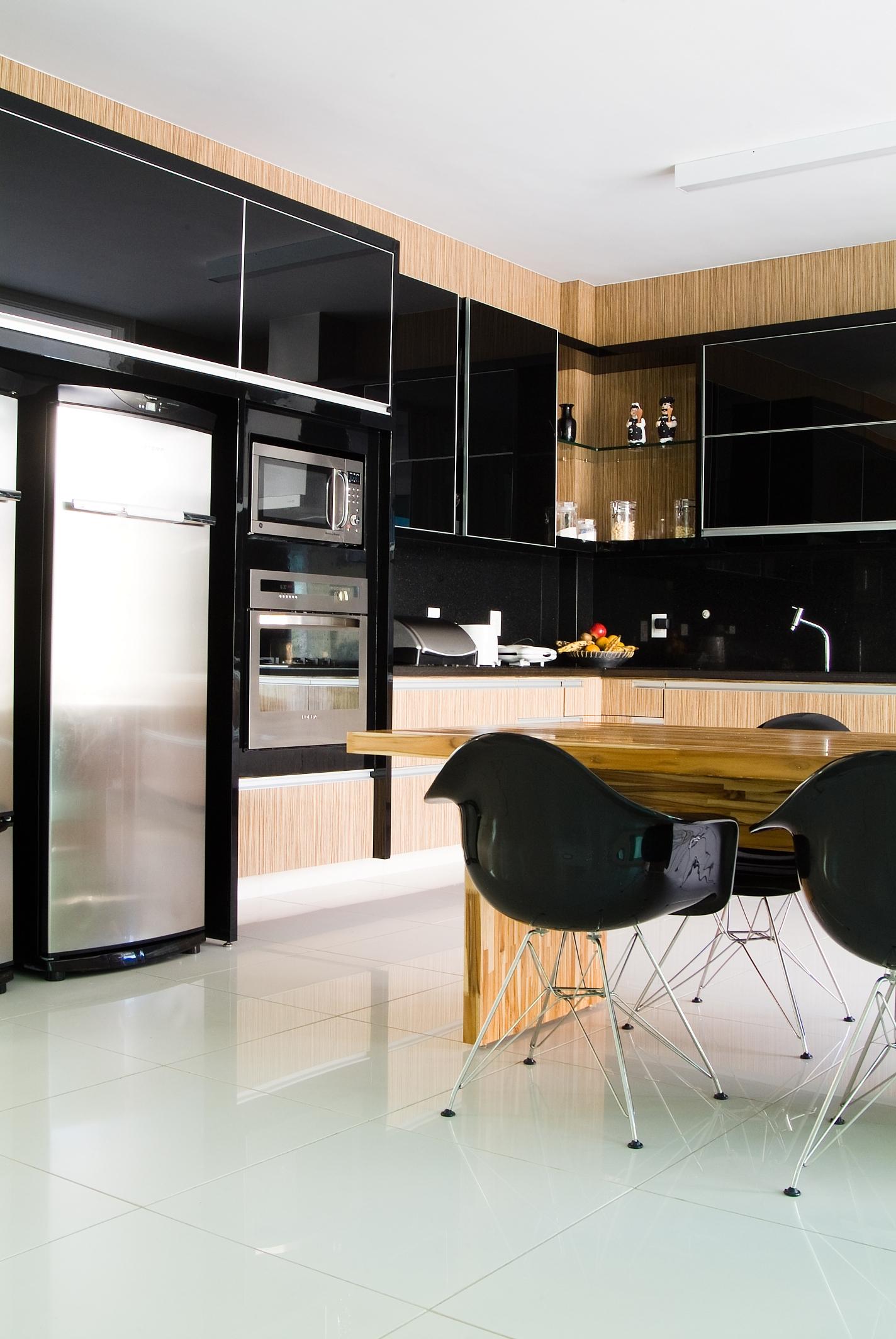 Cozinha moderna com bancada preta