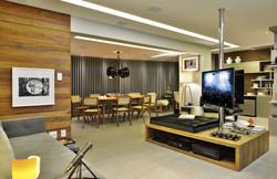 Sala integrada com TV central giratória