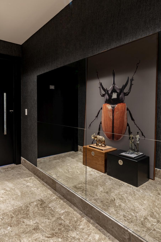 Hall do Elevador com espelho recortado em cruz