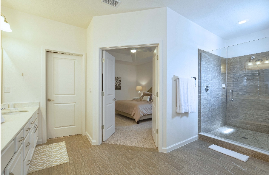 Banheiro Máster com walk-in closet