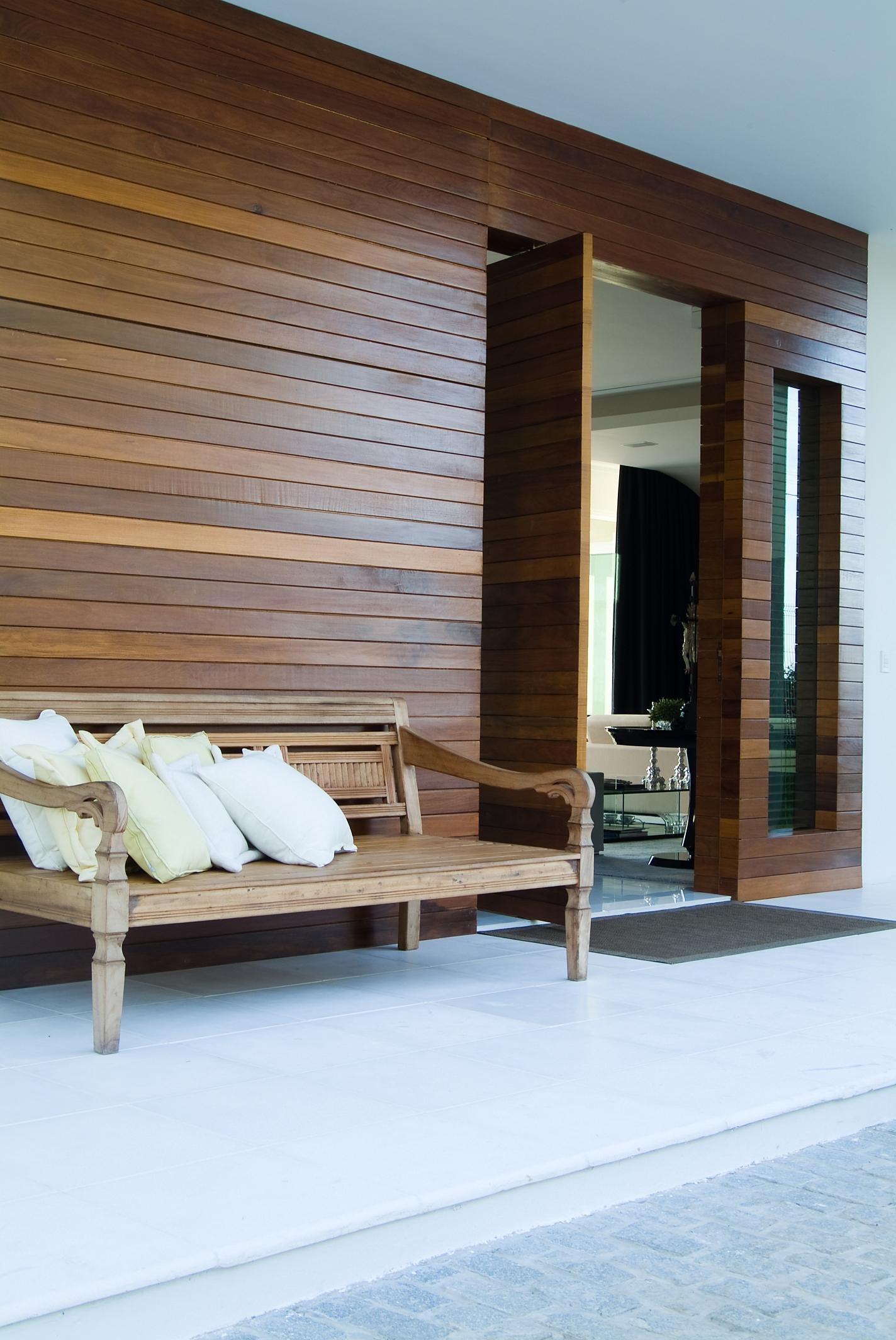 Porta pivotante frontal em lambri de madeira
