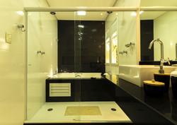 Banheiro Máster preto e branco