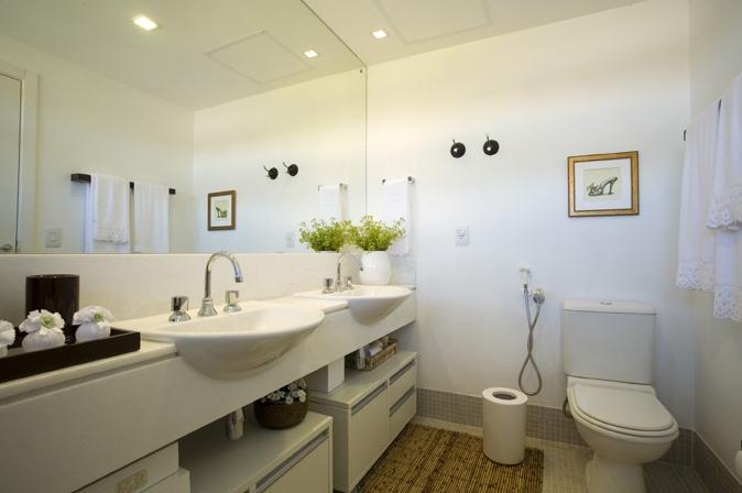 Banheiro Máster com tapete de fibra
