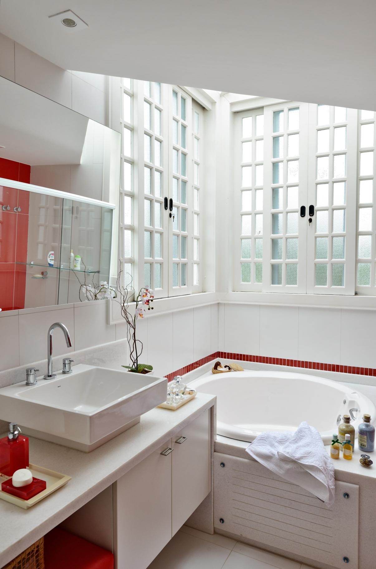 Banheiro da filha com iluminação zenital
