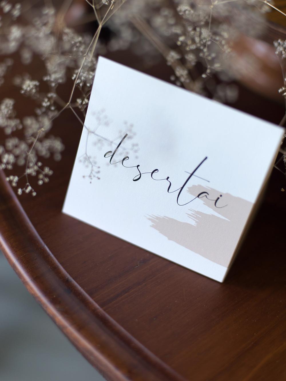 tradicinis desertų stalas, desertų pavadinimų kortelės, bruknes vestuves