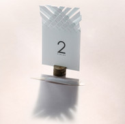 stalo numeris- balti-modernus-kvietimai