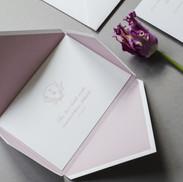 Klasikinio stiliaus pastelinių spalvų kvietimai rankų gamybos dėkliuke