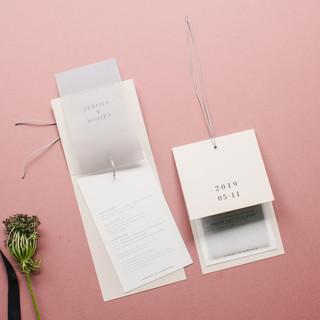 Minimalistinio dizaino atverčiami kvietimai iš kelių sluoksnių kortelių