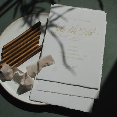 Medvilnės popieriaus kvietimai plėštu kraštu  ir vaško antspaudu