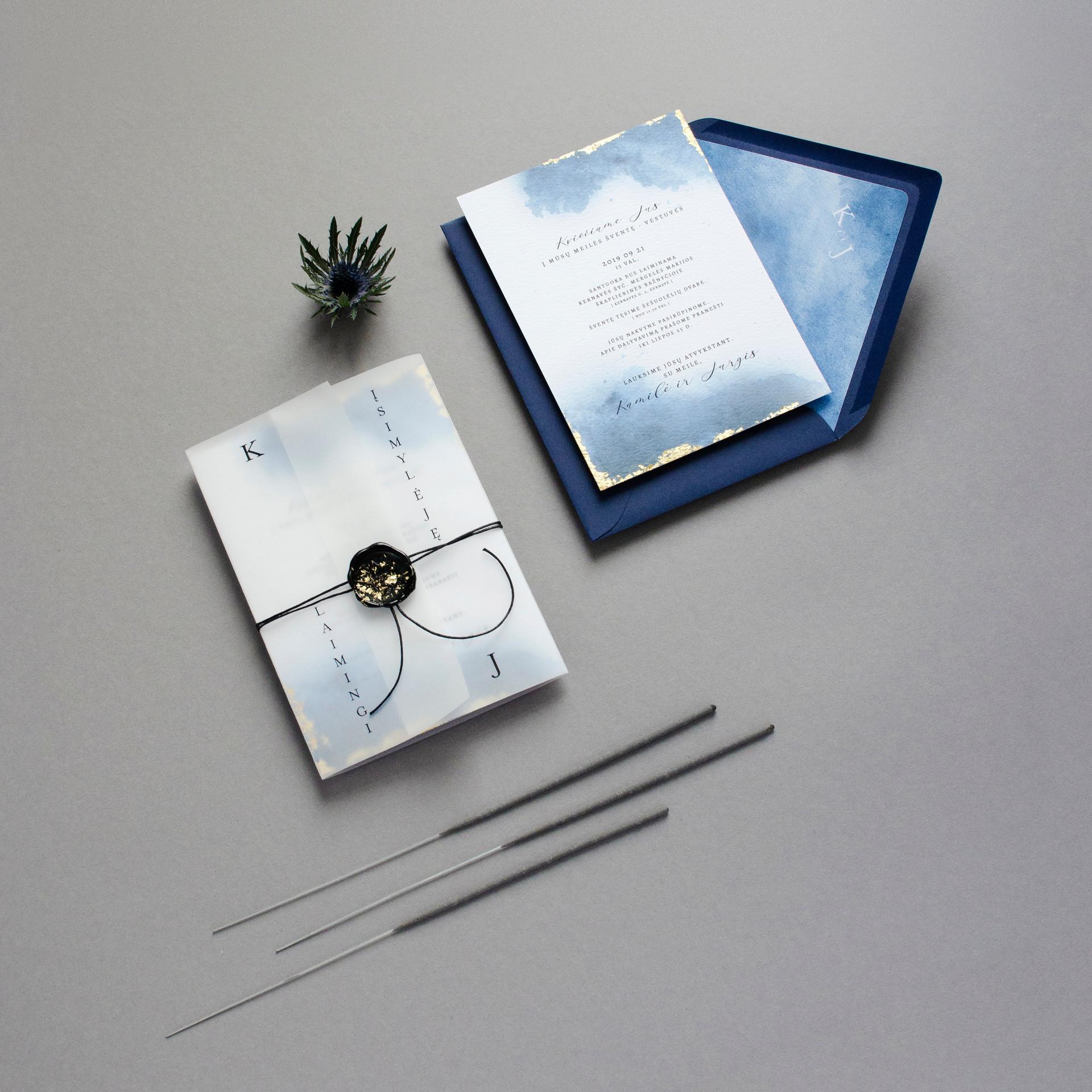 Kvietimai su mėlyna akvarele, paauksuotais kraštais, vaško antspaudu
