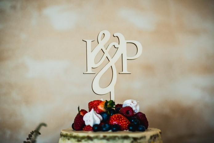 Torto toperis su jaunųjų inicialais