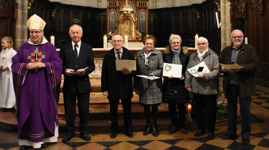Mgr Jordy et les personnes ayant reçu la reconnaissance diocésaine
