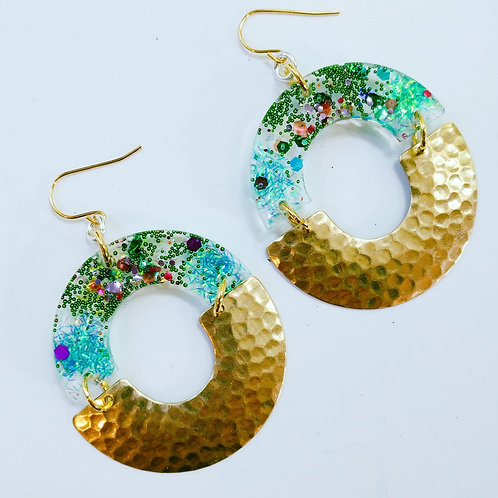 Resin and hammered brass circle earrings